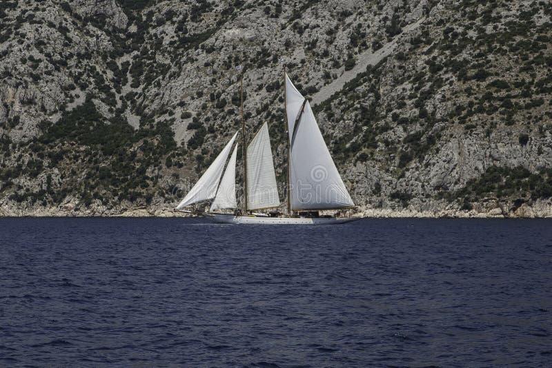 Grand bateau à voile sur de pleines voiles image libre de droits