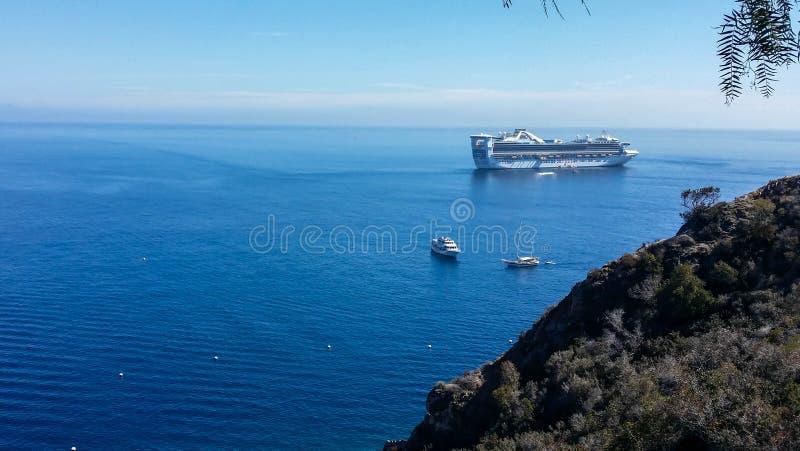 Grand bateau de croisière à l'ancre au port photo libre de droits