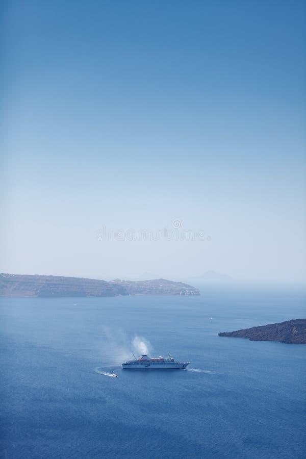 Download Grand bateau de croisière photo stock. Image du seascape - 77161536