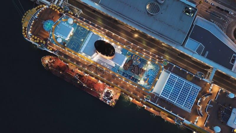 Grand bateau de croisière accouplé au port maritime, vue supérieure barre Revêtement de croisière de coucher du soleil avec tout  photos libres de droits