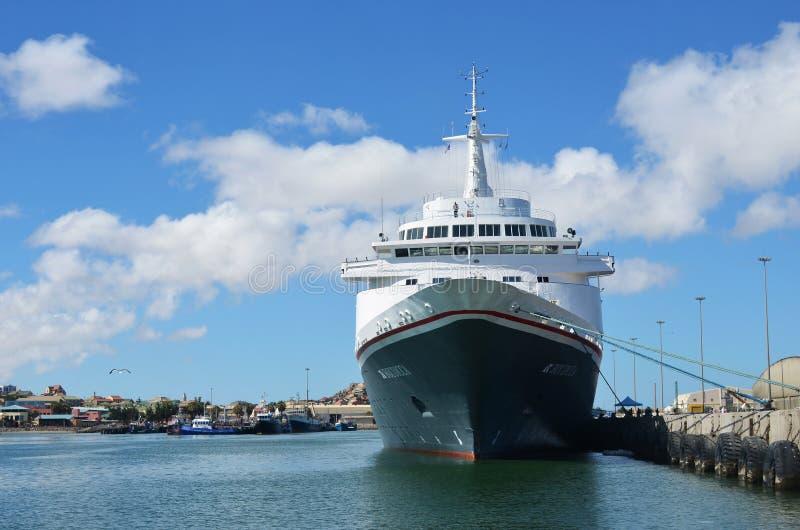 Grand bateau de croisière Boudicca dans le port de Luderitz pendant le MOIS tôt photo libre de droits