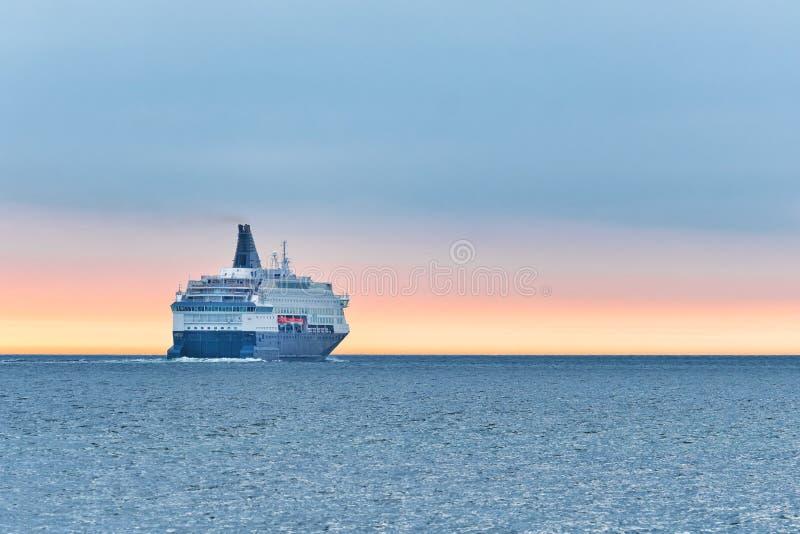 Grand bateau de croisi?re en mer au coucher du soleil Beau paysage marin image stock