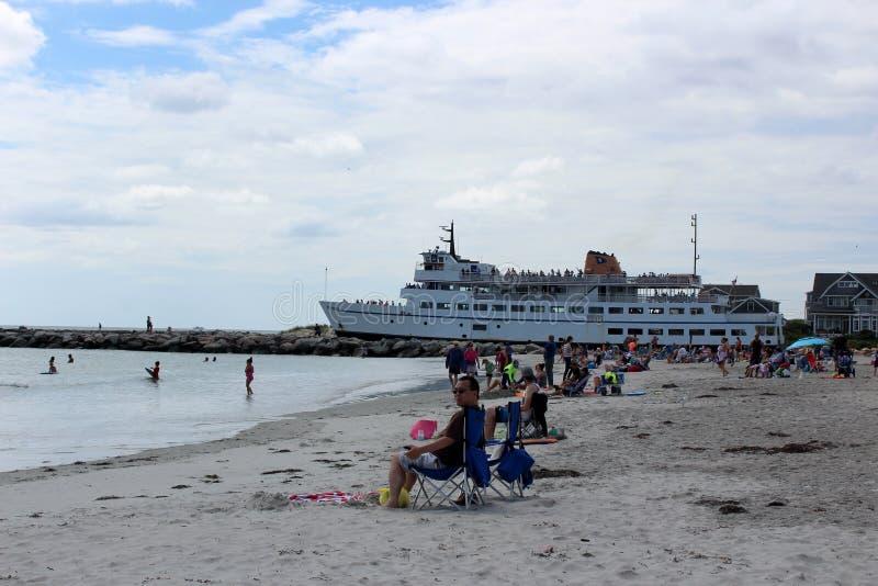 Grand bateau laissant le canal, portant des personnes à l'Île de Block pour le jour, la Galilée Rhode Island, 2018 image libre de droits