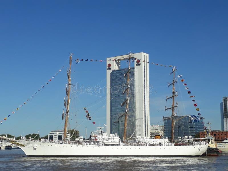 Grand bateau partant du port photos stock