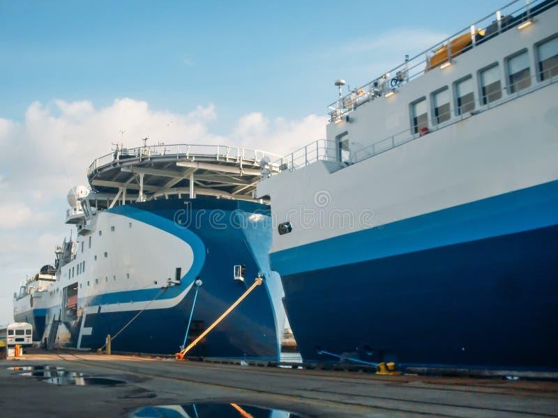 Grand bateau séismique de navire d'enquête dans le port à la jetée, mer d'exploration pour l'huile extrayant le transport en mer images libres de droits