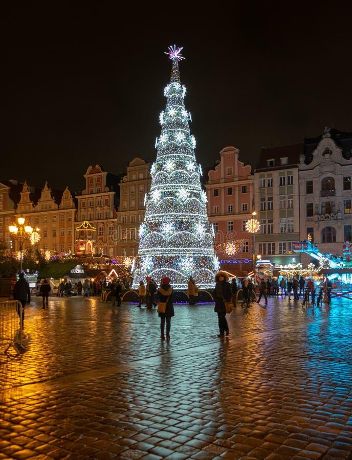 Grand bel arbre de Noël lumineux au centre de la ville de Wroclaw photos stock