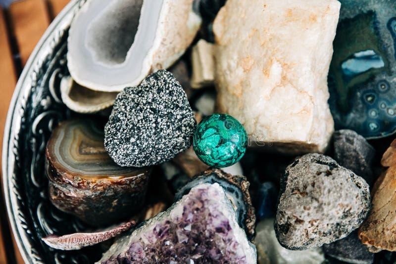 Grand bol de roches et de cristaux de spécialité image stock