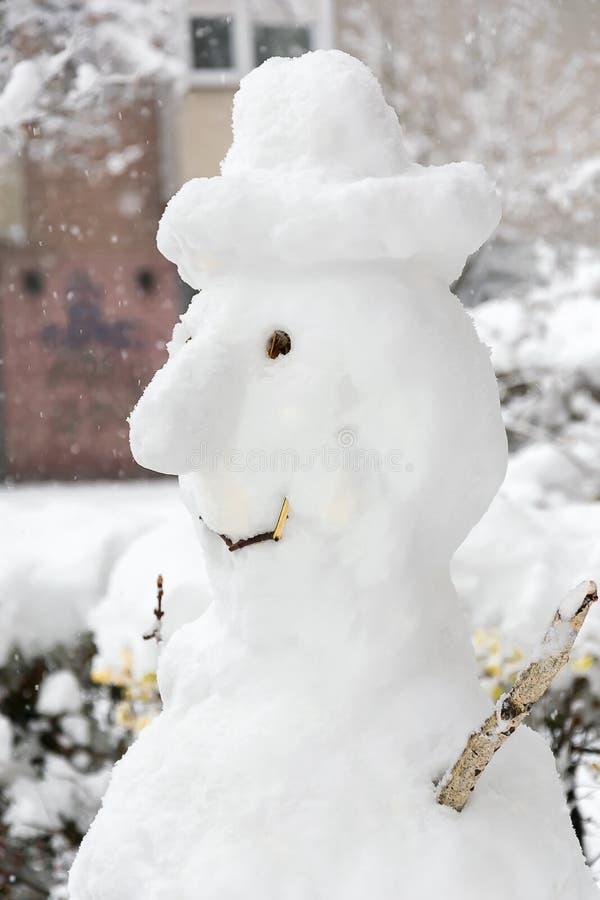 Grand bonhomme de neige drôle avec le chapeau photo libre de droits