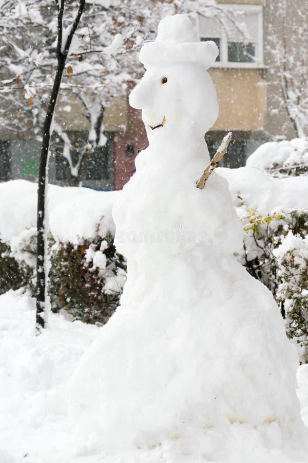 Grand bonhomme de neige drôle avec le chapeau photographie stock