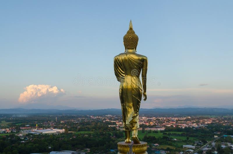 Grand Bouddha au phra de wat qui temple et paysage urbain du khao NOI à Nan Thaïlande image libre de droits