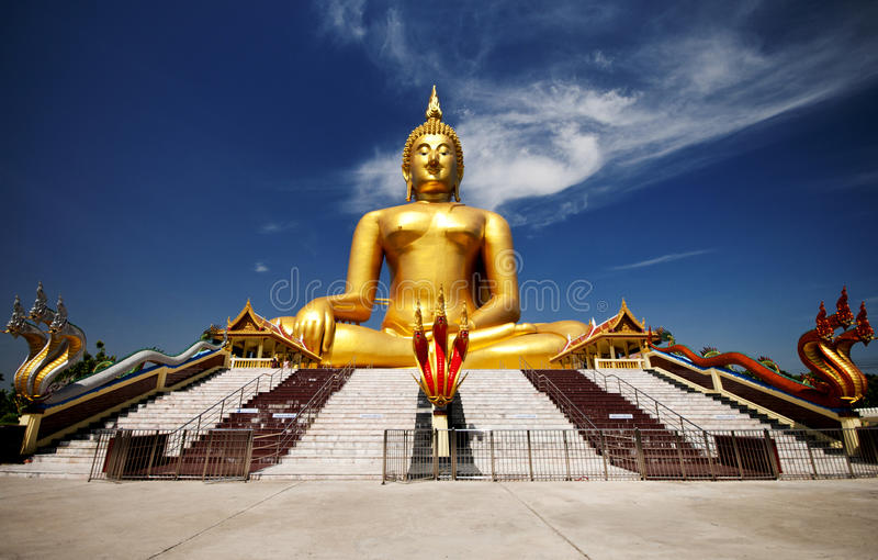 Grand Bouddha d'or chez Wat Muang de province d'Ang Thong photographie stock
