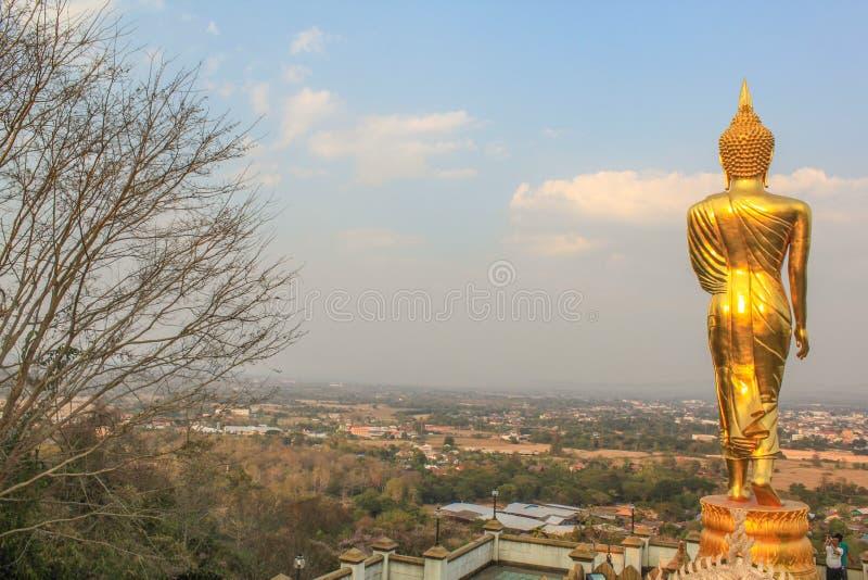 Grand Bouddha d'or sur la montagne Wat Phra That Khao Noi photographie stock