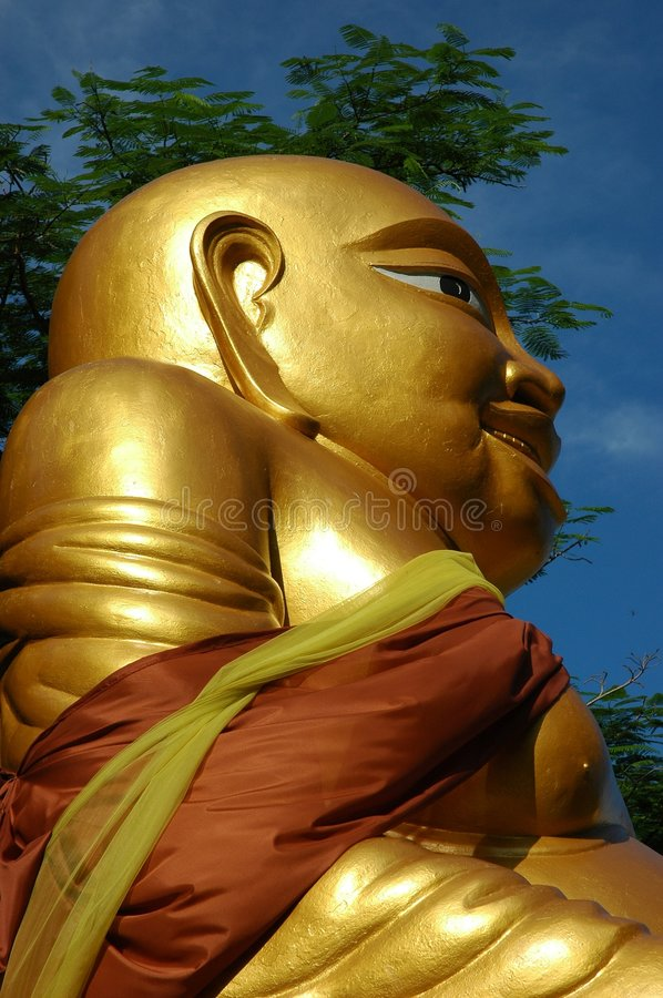 Grand or Bouddha de profil. Surat Thani, Thaïlande. image stock