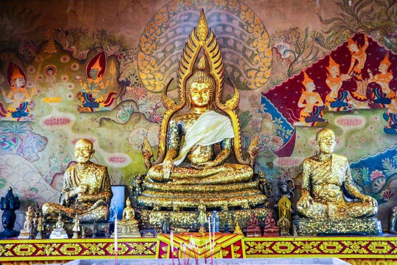 Grand or Bouddha et statut de moine d'or dans le temple bouddhiste et le hist images stock