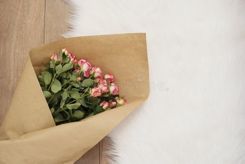 Grand bouquet de luxe des roses sur un tapis de fourrure photographie stock libre de droits