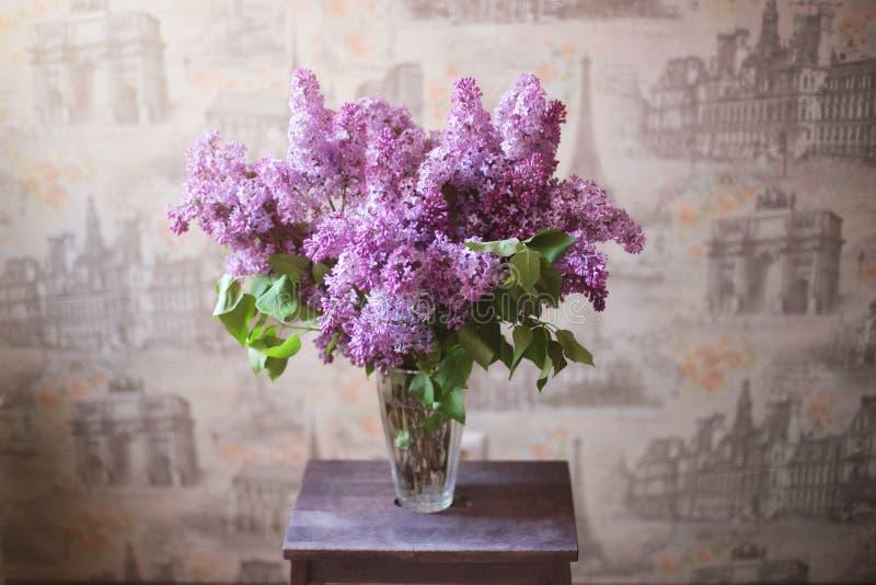 Grand bouquet des lilas dans un vase en verre photo libre de droits