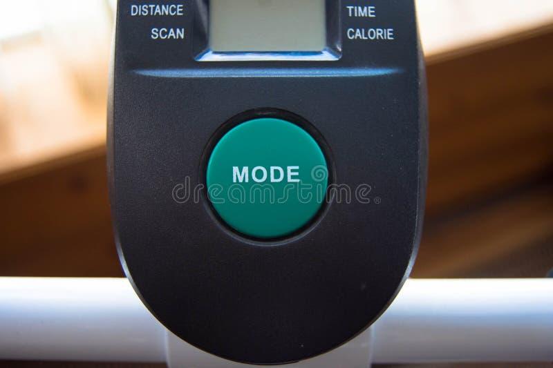 Grand bouton vert de mode sur l'équipement d'exercice image libre de droits