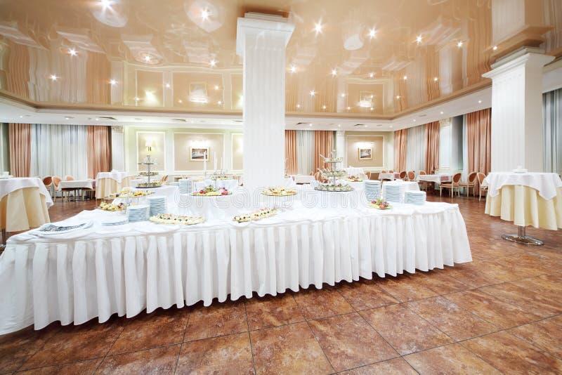 Grand buffet et petites tables rondes avec des nappes photo libre de droits