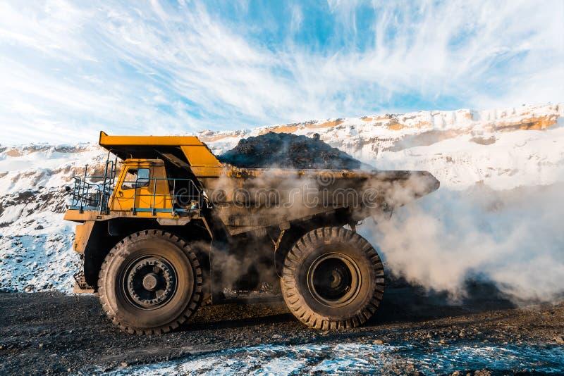 Grand camion à benne basculante de carrière Chargement de la roche dans le déchargeur Charbon de chargement dans le camion de cor image stock