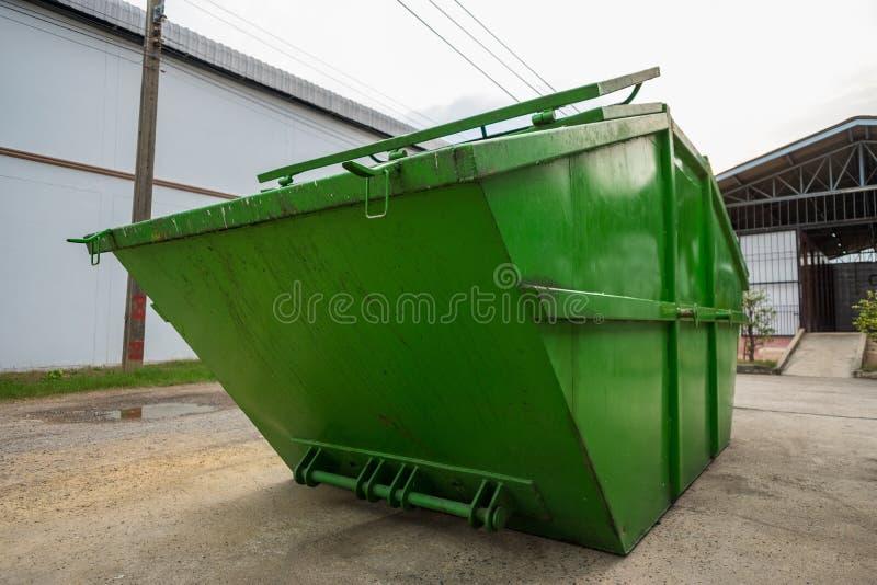 Grand camion à ordures vert de décharge sur la route dans l'usine, plan rapproché photos stock