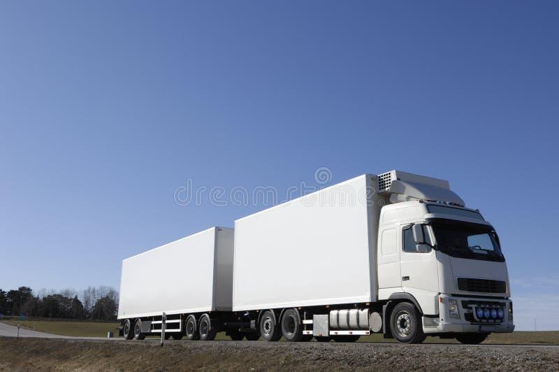 Grand camion blanc sur le pays-r photographie stock