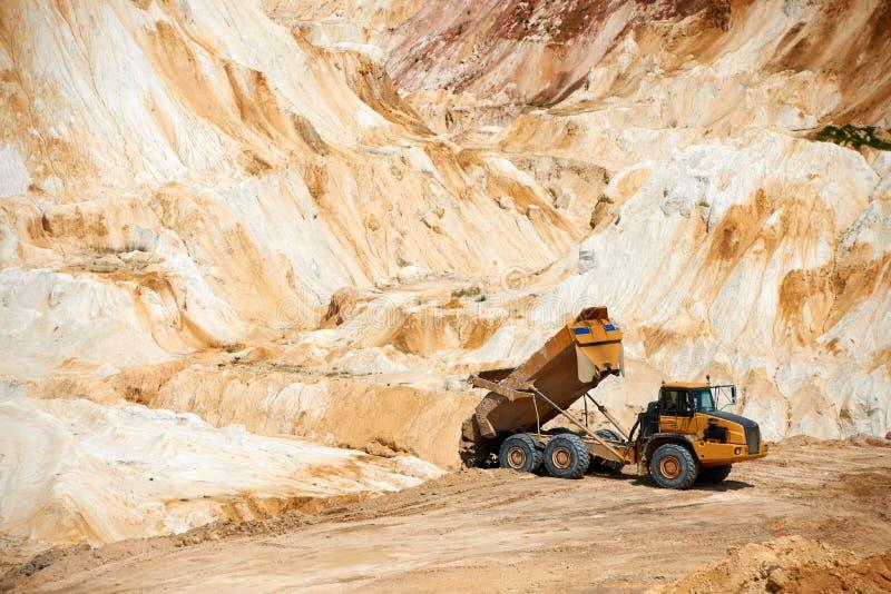 Grand camion dans la carrière de pierre à chaux images stock
