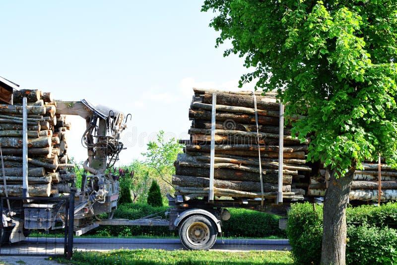Grand camion de transport de bois de construction photographie stock libre de droits