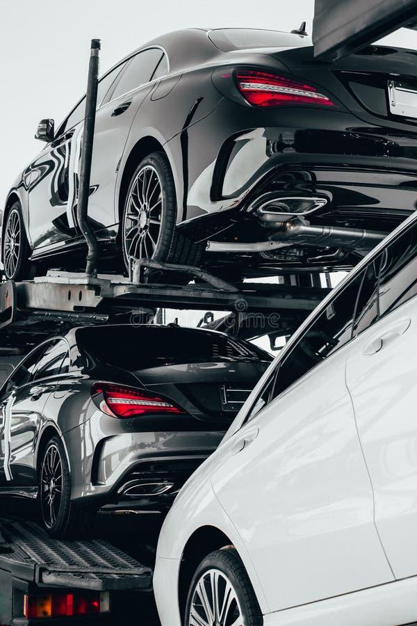 Grand camion de transporteur de voiture des voitures allemandes de nouveau sport de luxe pour la livraison en lots au concessionn images libres de droits