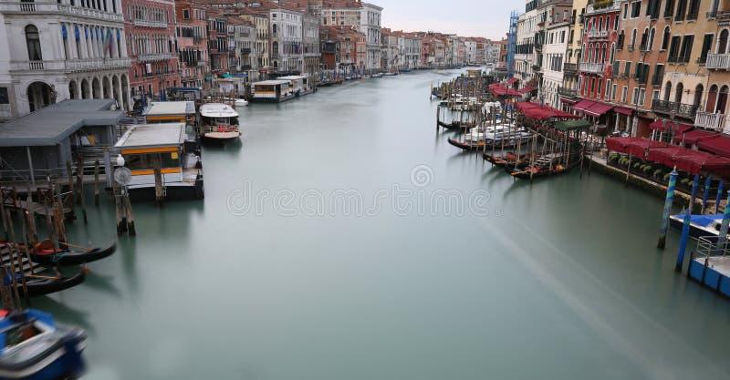 Grand Canal à Venise avec de l'eau qui semble s'arrêter parce que images stock