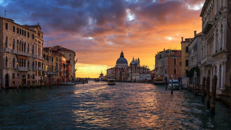 Grand Canal bei Sonnenaufgang in Venedig, Italien Sonnenaufgangansicht von Venedig stockfotografie