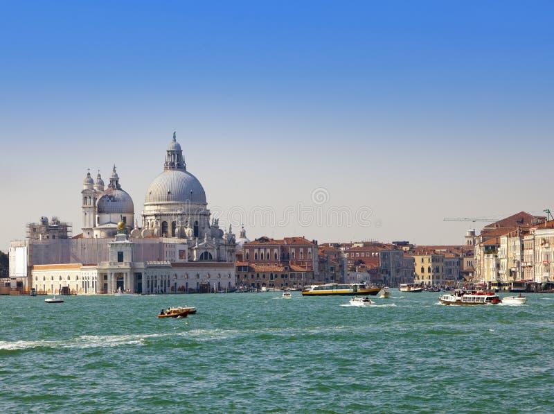 Grand Canal com barcos e basílica Santa Maria della Salute, Veneza, Itália fotografia de stock