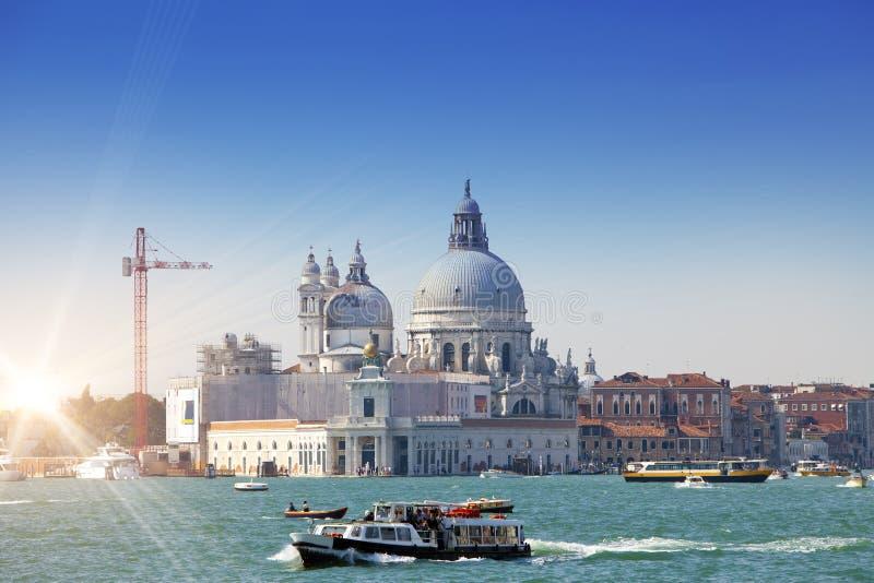 Grand Canal com barcos e basílica Santa Maria della Salute, Veneza, Itália fotografia de stock royalty free