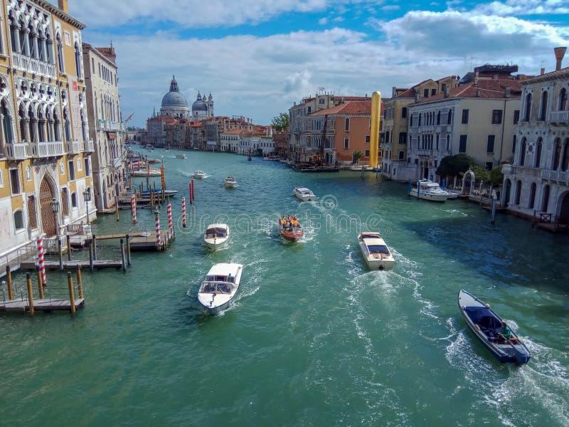 Grand Canal com di Santa Maria della Salute da bas?lica em Veneza, It?lia fotos de stock