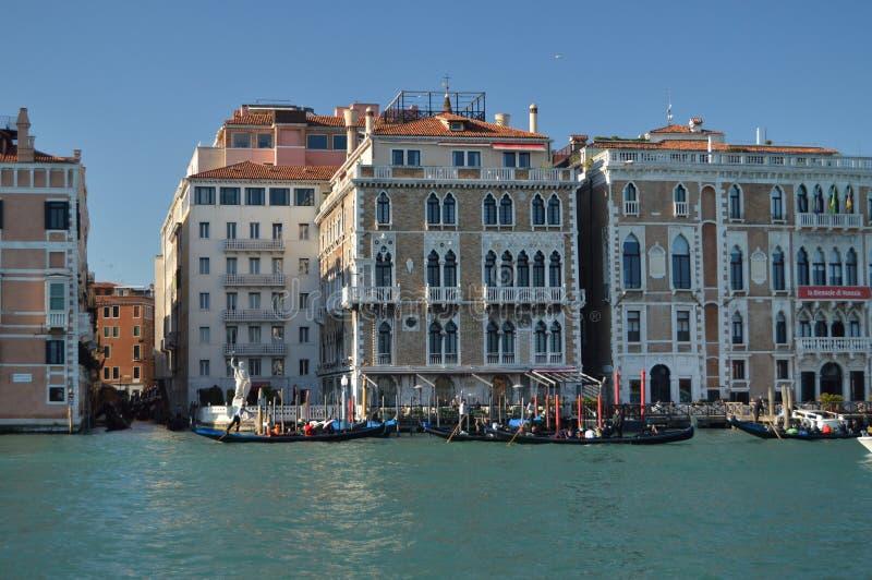 Grand Canal com gôndola andando ao fundo dos turistas palácios Venetian pitorescos em Veneza Curso, feriados, arquitetura foto de stock royalty free