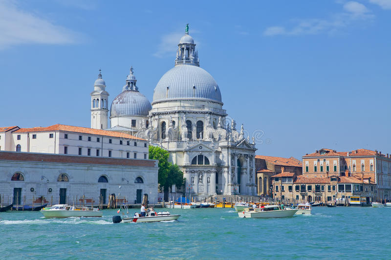 Grand Canal con la chiesa di St Mary di salute immagine stock