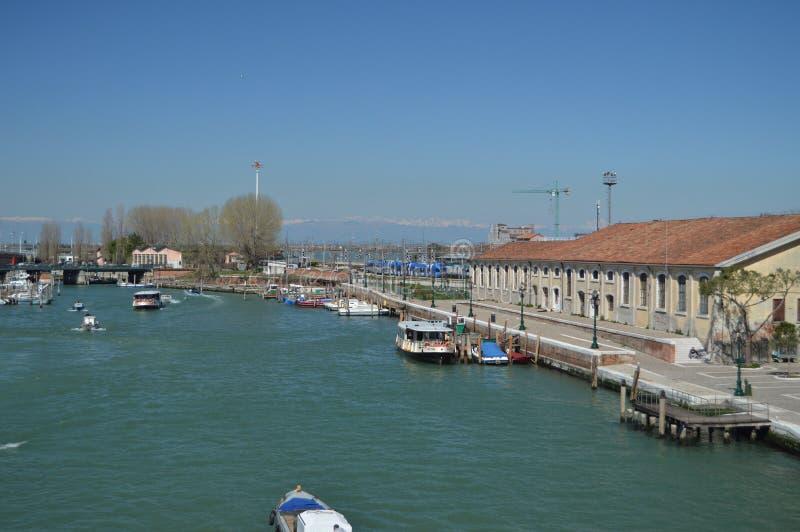 Grand Canal con vistas a Santa Lucia Train Station In Venecia Viaje, días de fiesta, arquitectura 28 de marzo de 2015 Venecia, Vé imagen de archivo libre de regalías