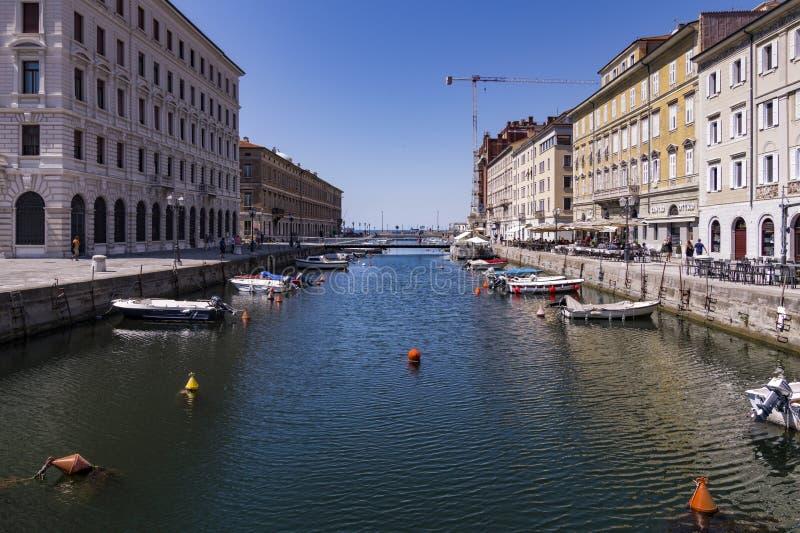 Grand Canal de Trieste com os barcos em ambos os bancos e no fundo o mar de adriático, Trieste, Itália imagens de stock royalty free