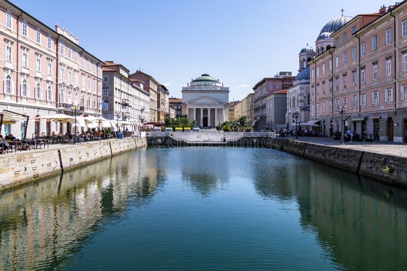 Grand Canal de Trieste con aguas y la iglesia San 't Antonio Nuovo, Trieste, Italia de la turquesa foto de archivo libre de regalías