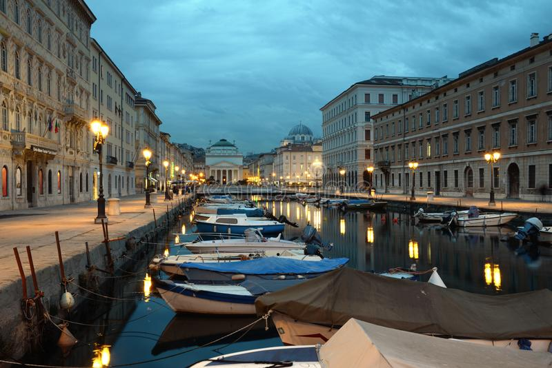 Grand Canal de Trieste a la oscuridad fotografía de archivo libre de regalías
