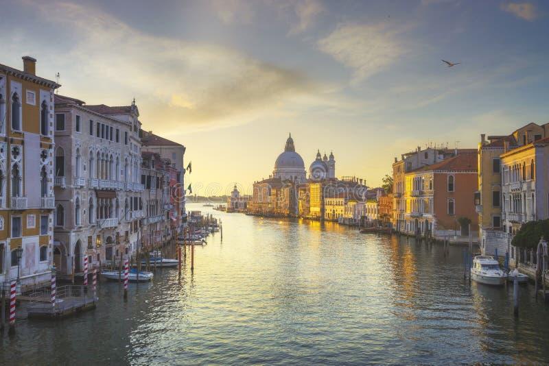 Grand canal de Venise, église Santa Maria della Salute au lever du soleil Italie images libres de droits