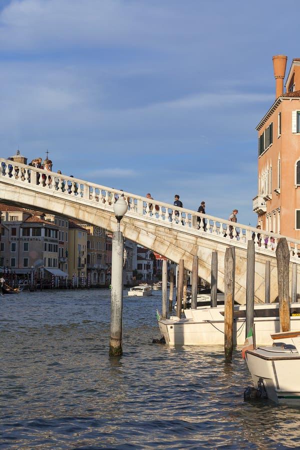 Grand Canal, degli Scalzi, bâtiments de Ponte de vintage, a garé des bateaux à la marina, Venise, Italie image stock