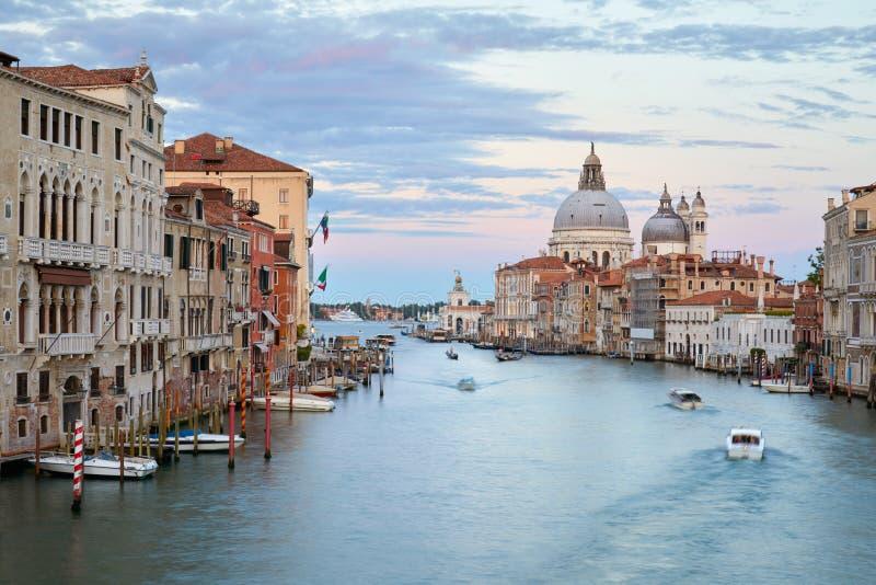 Grand Canal en Venecia en la oscuridad, el rosa y el cielo azul en Italia fotografía de archivo libre de regalías