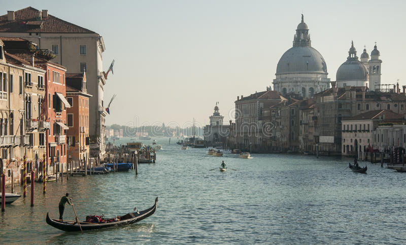 Grand Canal et Santa Maria de la Salute de pont d'Accademia images stock