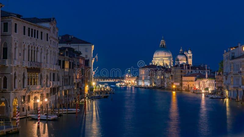 Grand Canal et Santa Maria della Salute à Venise, Italie au nig photo libre de droits