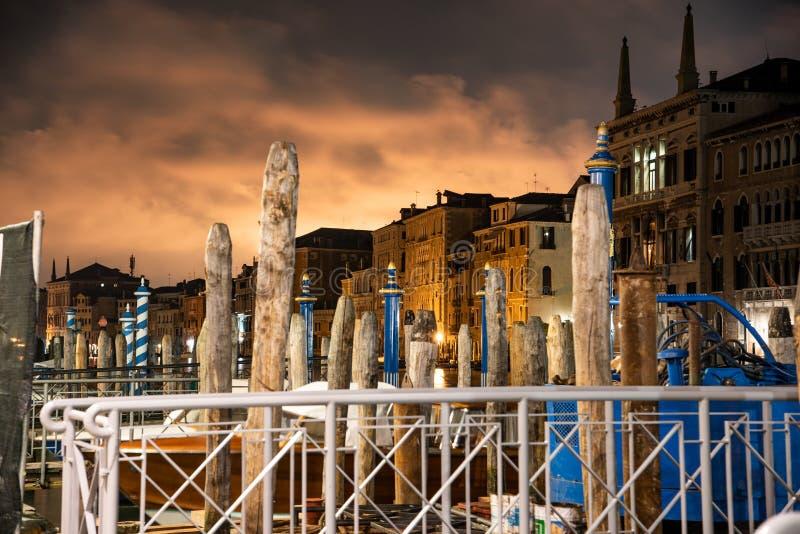 Grand Canal la nuit avec un phénomène lumineux peu commun dans le ciel photos stock