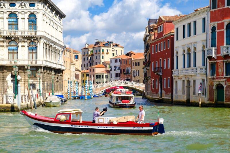 Grand Canal med gamla slottar och en liten bro i Venedig arkivbild