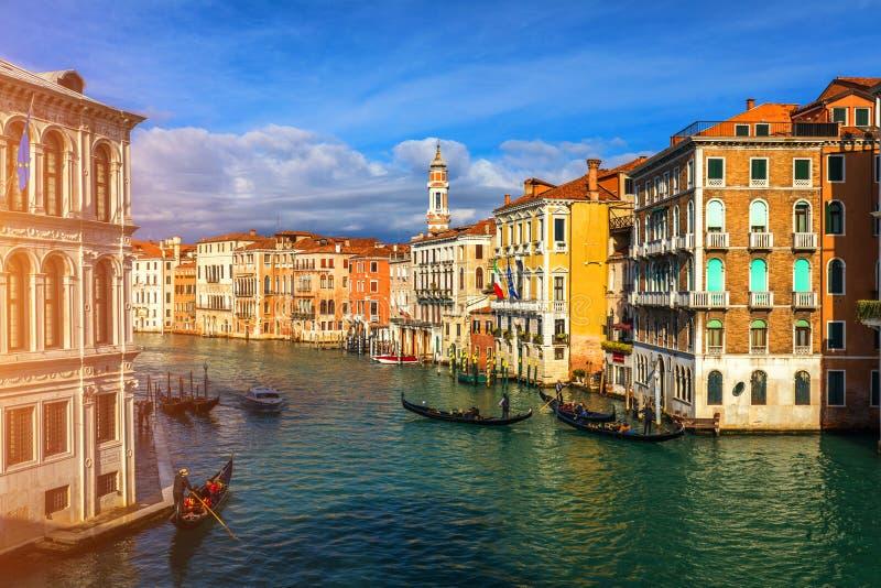 Grand Canal med gondoler i Venedig, Italien Solnedgångsikt av Venic arkivbild