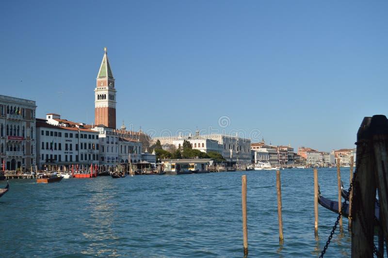 Grand Canal med San Marco Bell Tower And The den hertigliga slotten på vänstersidan i Venedig Lopp ferier, arkitektur Mars 28, royaltyfria foton