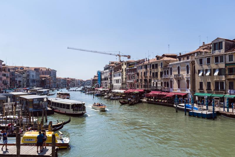 Grand Canal met gondels en boten in Venetië, Italië, Europa stock foto