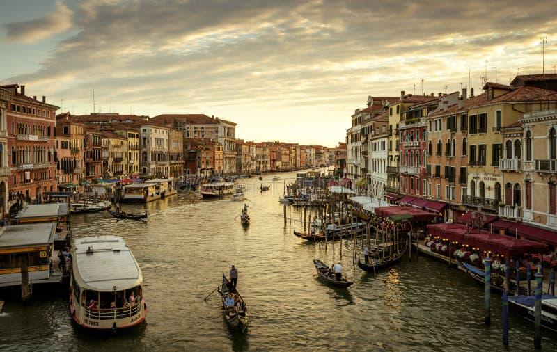 Grand Canal mit Gondel bei Sonnenuntergang in Venedig, Italien stockfoto